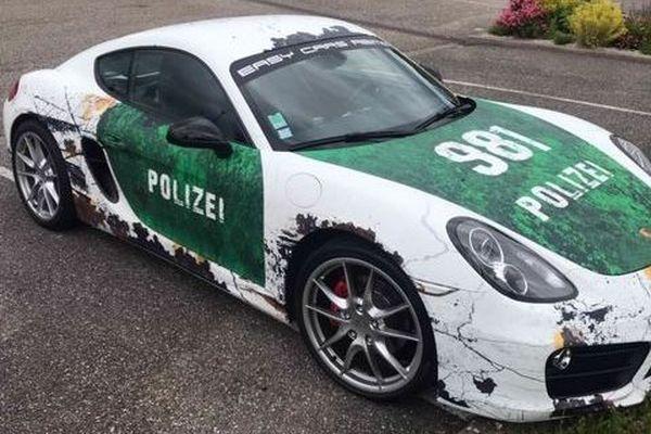 La Porsche a été immobilisée, le conducteur poursuivi pour usage public d'insigne ou de documents pouvant créer une méprise avec ceux de la police.