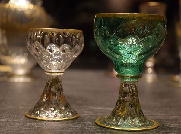 """Verres à vin du Rhin. Coupes """"cabossées"""", pieds décorés de chardons. Après 1891."""