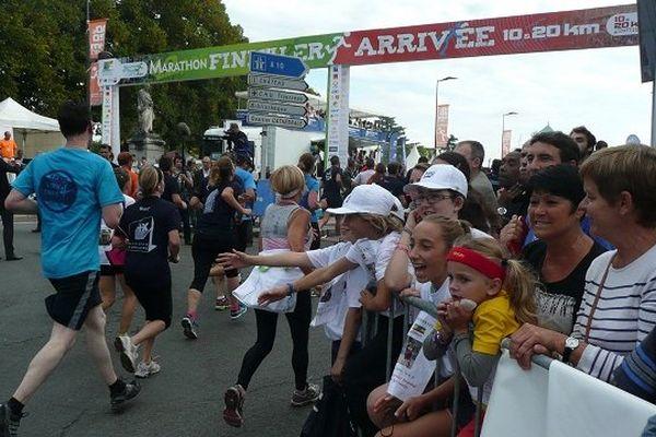 A l'arrivée, le public encourage les coureurs.