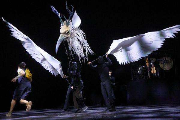 """Le spectacle """"Une épopée"""" a eu la chance d'être joué à Dunkerque au mois de septembre 2021. Les clermontois qui devaient découvrir ce nouveau spectacle du metteur en scène Johanny Bert à la Comédie de Clermont-Ferrand devront attendre."""