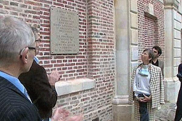 Elisabeth Borrel et ses enfants dévoilent la plaque d'hommage au magistrat à Lisieux le 19 octobre 2012, date anniversaire de la mort de Bernard Borrel qui fut procureur de la République de Lisieux de 1988 à 1994