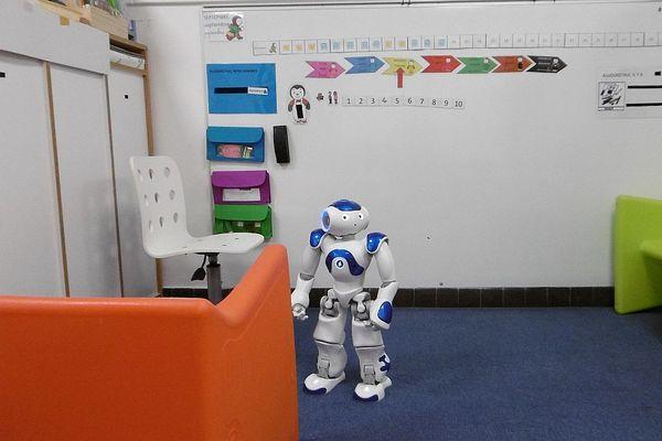 NAO, un nouveau compagnon de jeux et d'apprentissages dans l'Unité d'Enseignement Maternelle Autisme de l'école La Fontaine aux Jardins de Quetigny, en Côte-d'Or.
