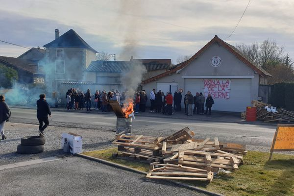 Le 3 mars à Luzillat (Puy-de-Dôme), les habitants et les élus de la commune manifestent contre la fermeture de leur caserne de pompiers.