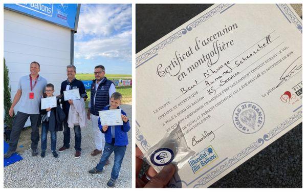 Remise d'un certificat de vol à la famille ayant effectué leur premier vol en montgolfière, accompagnée du pilote et du dirigeant de KS Services qui leur a offert le vol.