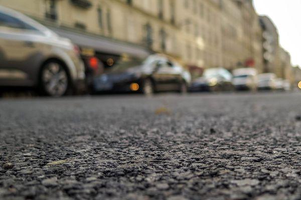 Avec la canicule, attention aux phénomènes d'adhérence et de glissade sur les routes.