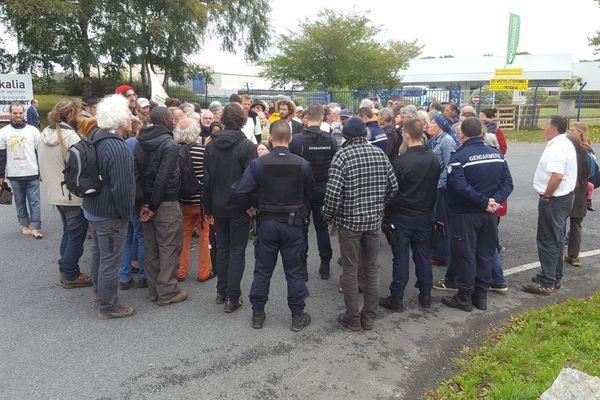 Des Faucheurs Volontaires bloquent l'entrée de l'usine Triskalia à Glomel ce 27 août 2018