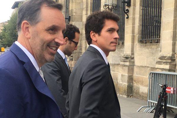 Joseph DaGrosa (à gauche) souriant à son arrivée à la mairie de Bordeaux le 23 octobre 2018.