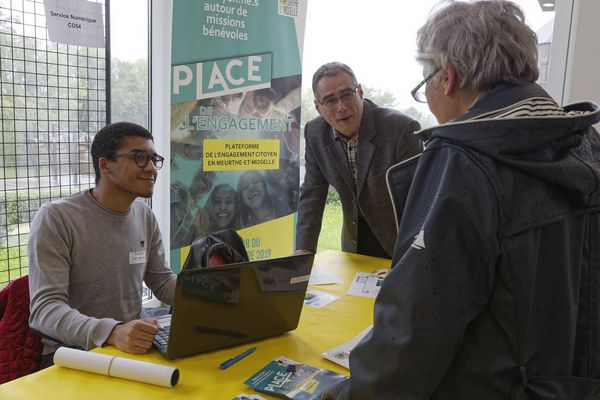Des rencontres permettent aux citoyens et aux associations de poser des questions sur la plateforme numérique.