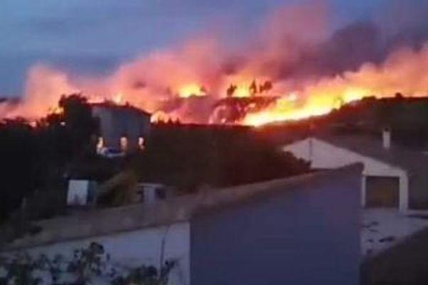 Près de 200 pompiers sont intervenus pour maîtriser le feu de qui avait pris dans la garrigue - 30 juillet 2019.
