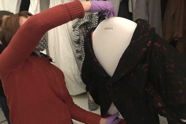 Certains textiles ont droit à leur cintre sur-mesure qui permet d'épouser la forme de l'objet et de mieux le conserver.