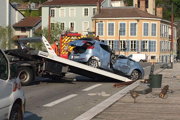 La voiture a fait plusieurs tonneaux sur le pont de Chartreuse à Grenoble