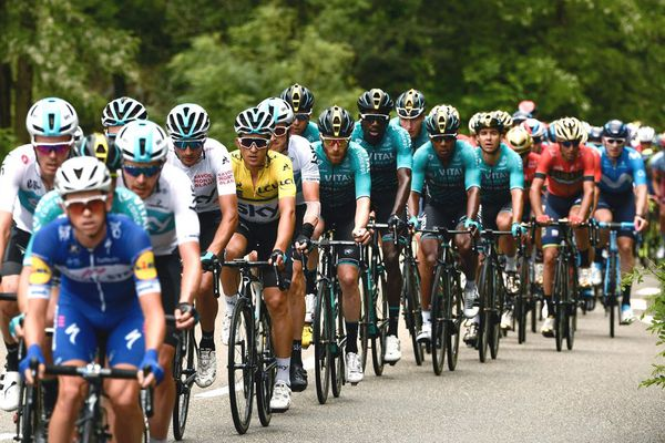 Le Polonais Michal Kwiatkowski, vêtu du maillot jaune du leader, dans le peloton lors de la 1ère étape du Critérium du Dauphine 2018 entre Valence et Saint-Just-Saint-Rambert.