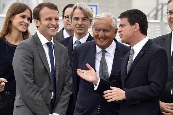 Jean-Pierre Raffarin, Emmanuel Macron et le Premier ministre Manuel Valls en juillet 2015.