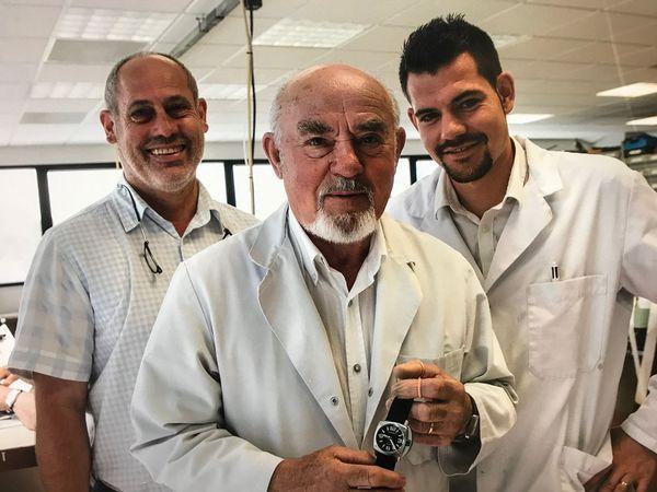 Jean, Frédéric et Julien, quatrième génération des Humbert-Droz qui a repris l'entreprise familiale créée en 1956 par son arrière-grand-père. Toujours en activité à 83 ans, Jean a été obligé de délaisser l'atelier depuis le mois de mars afin de se préserver de tout risque de contamination.
