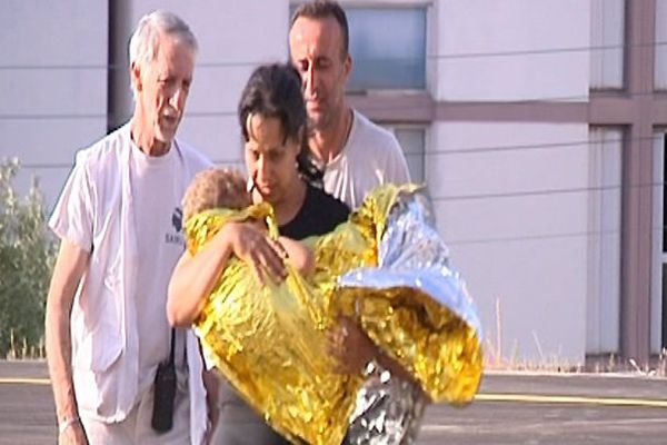 Medhi Boudjiema dans les bras de sa mère à son arrivée à l'hôpital d'Ajaccio, dimanche matin