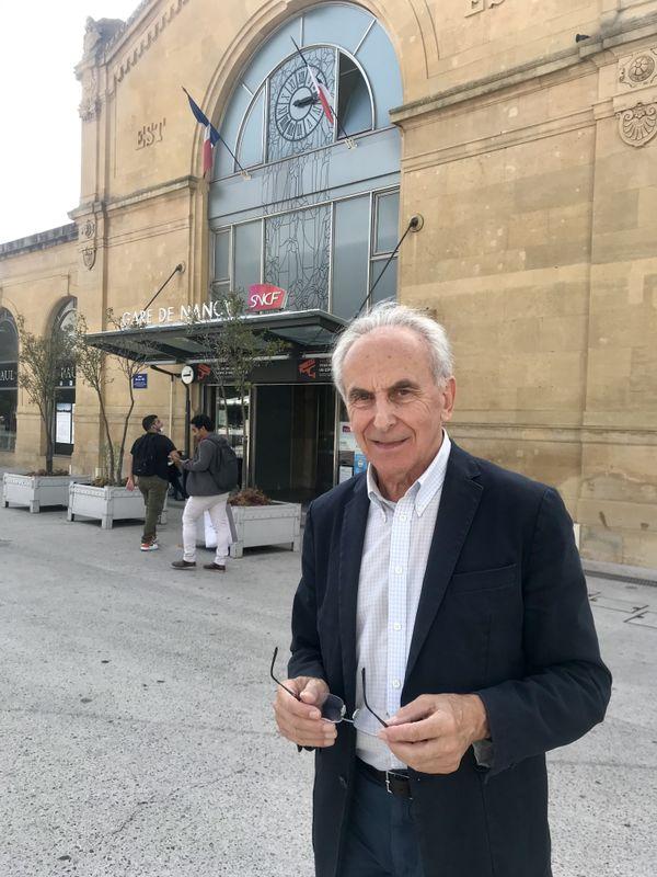 Louis Blaise, président de l'AUT Lorraine (Association d'Usagers des Transports), devant la gare de Nancy.