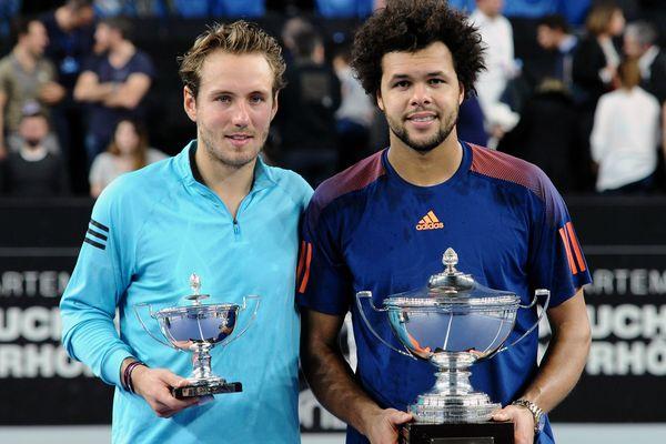 Lucas Pouille (à gauche) et Jo-Wilfried Tsonga, vainqueur du tournoi ATP de Marseille