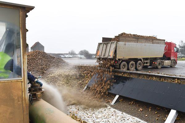 Les maires et les riverains sont souvent agacés lorsque des camions transportant des betteraves traversent leur village. Ils causent des nuisances sonores et rendent les routes glissantes.