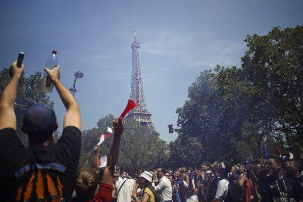 Les supporters français réunis sur le Champ de Mars à quelques heures du coup d'envoi de la finale de la Coupe du monde, le 15 juillet 2018.