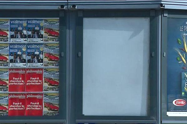 Ce 29 Mai, les affiches représentant la Une du Point n'ont pas été replacées dans le kiosque de presse de Valence