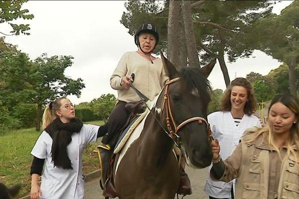 Pierrette Saez, amputée d'une jambe, redécouvre la sensation de marcher grâce au cheval.
