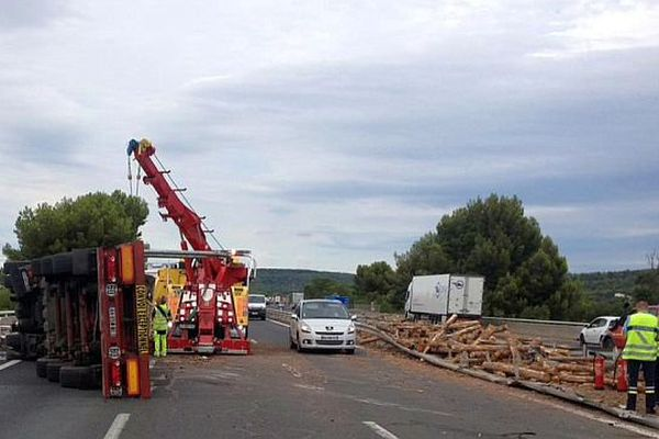 Narbonne (Aude) - le camion et les grumes renversés sur la chaussée. L'A.9 est coupée- 29 juillet 2015.