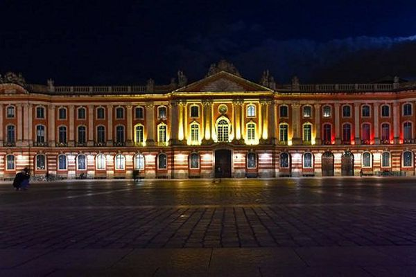 Le Capitole, en noir, jaune et rouge, mercredi soir.
