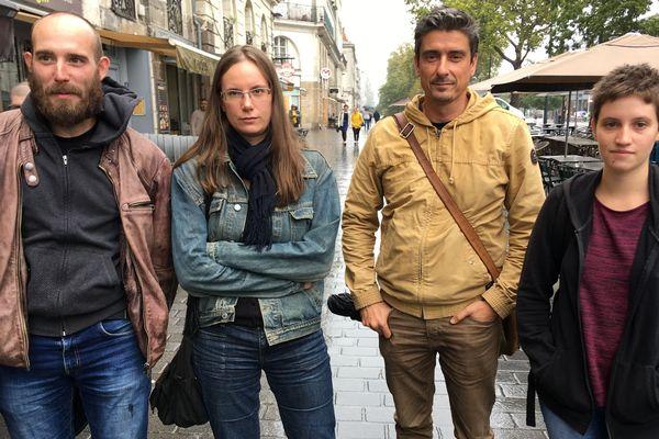 Trois des cinq personnes mises en causes avec leur avocat Stéphane Vallée (2ème à droite).