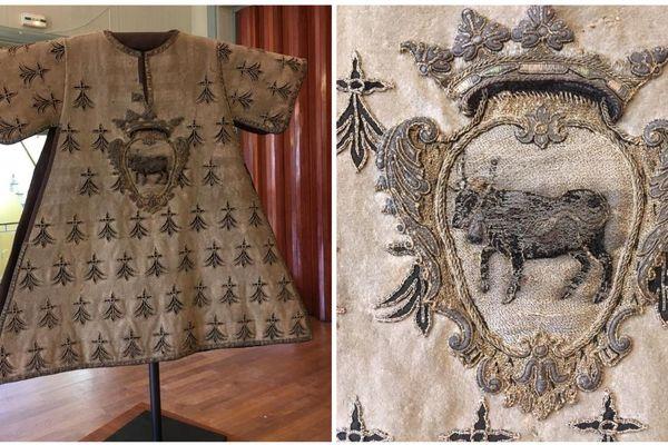 Le tabard, un vêtement avec une vache pie rouge en son centre, l'emblème de Carhaix
