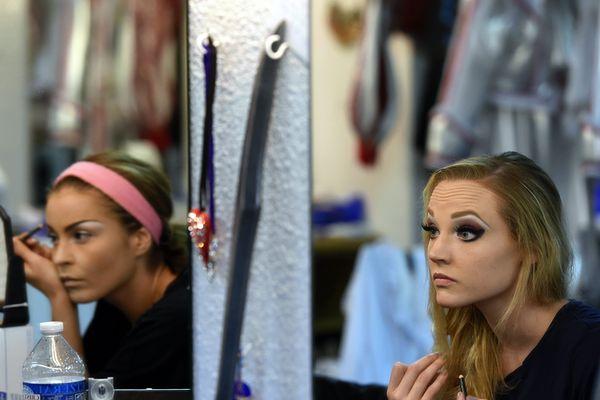 Maquillage des danseuses dans les loges avant le spectacle ba(2015)