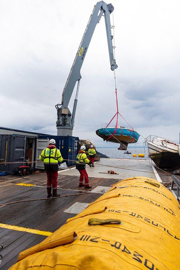 Relevage d'une épave à l'aide de la grue de manutention du BSAA Pionnier. Baie de Figari Mars 2021.