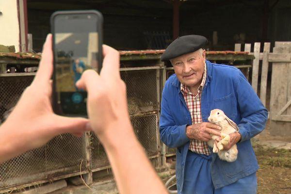 """Norbert, habitant de Bessines-sur-Gartempe (Haute-Vienne), prend la pose pour le projet de """"Portraits de France par les Français"""", de Yann Arthus-Bertrand."""