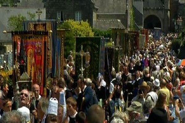 Le départ de la grande troménie, de l'église de Locronan