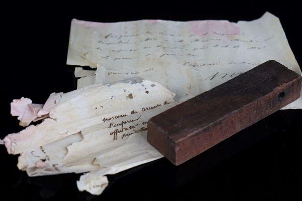 Un morceau de bois est vendu aux enchères dimanche 10 octobre à Moulins, dans l'Allier. Ce morceau de bois provient du premier cercueil de l'empereur Napoléon 1er.