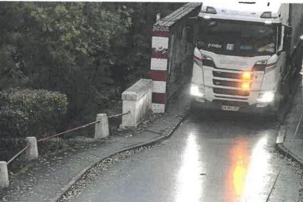 La traversée du pont est normalement interdite aux véhicules de plus de 3,5 tonnes.