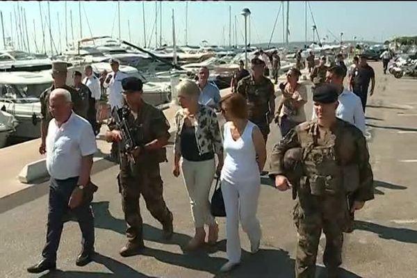 En blanc, la ministre des armées en visite à Hyères pour rencontrer les militaires de l'opération Sentinelle.