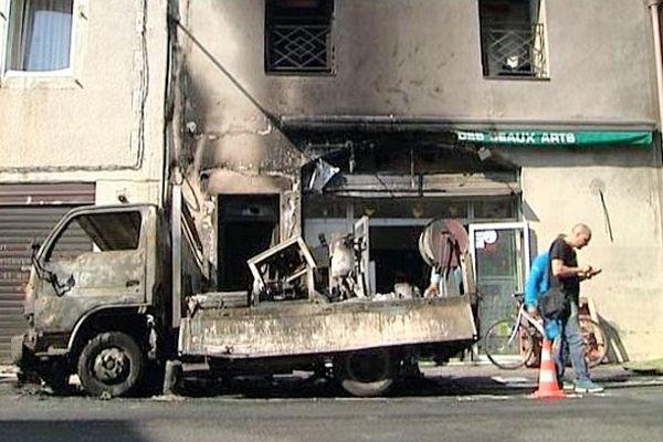 Montpellier - un camion benne prend feu. 2 voitures et un immeuble ont été endommagés - 2 juillet 2013.