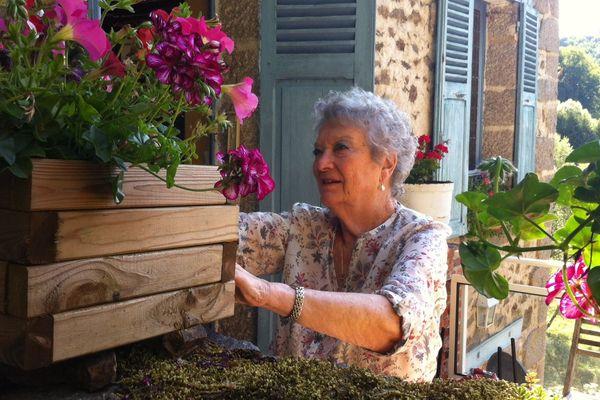 Marie-Claire Jamet, devant la maison familiale de Gargilesse (Indre).