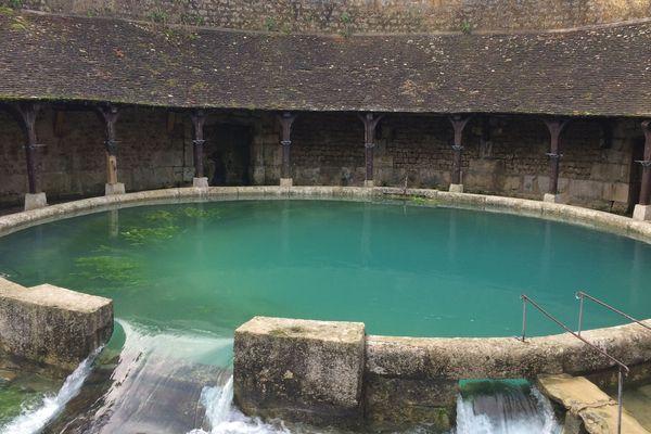 La fosse Dionne est une source exsurgente située en centre-ville à Tonnerre