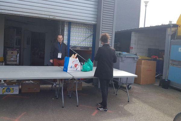 La distribution alimentaire est sur rendez-vous. Au Secours Populaire de la Marne, les colis sont préparés en avance.