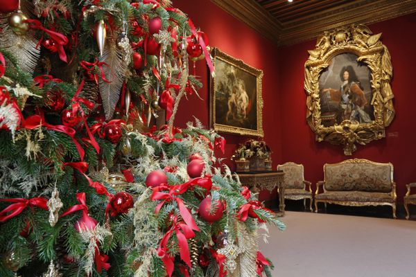 Décorations de Noël au château de Chenonceau, sapin rouge et blanc.