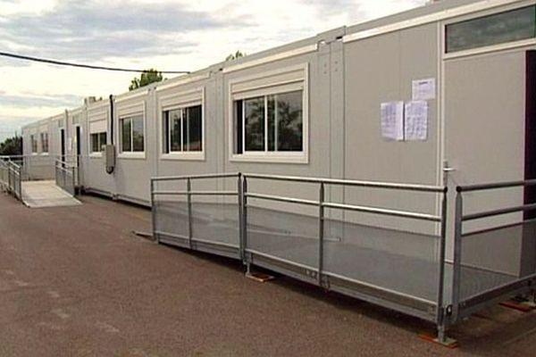 Juvignac (Hérault) - 4 classes supplémentaires installées temporairement dans la cour pour accueillir tous les élèves - 2 septembre 2015.
