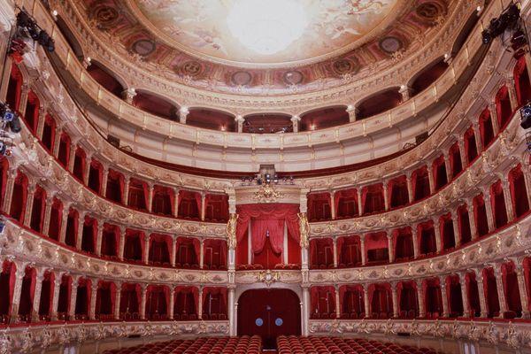 Le Ballet Nice Méditerranée dontle directeur Eric Vu-An, ancien danseur étoile de l'Opéra de Paris, est visé parune plainte pour harcèlement et discrimination.