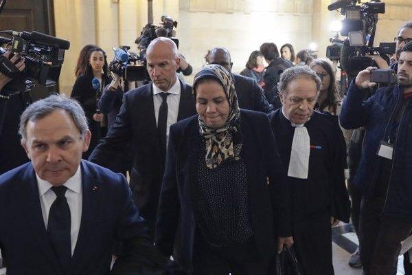 Latifa Ibn Ziaten, dont le fils Imad Ibn Ziaten a été tué par Mohamed Merah, est arrivée au palais de justice accompagné de son nouvel avocat, Me Francis Szpiner.