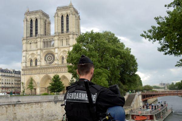 Un gendarme devant la cathédrale Notre-Dame de Paris.