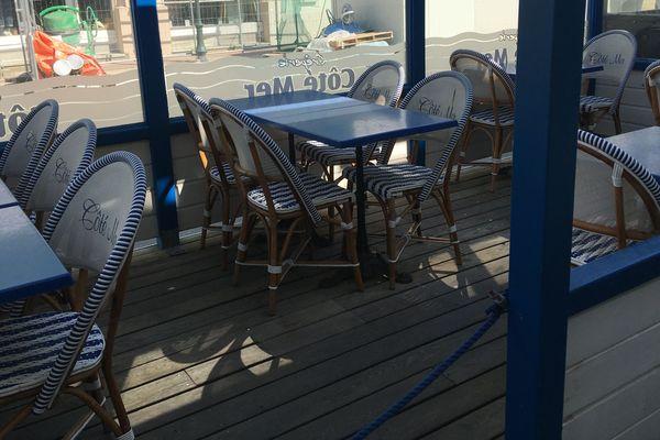 Les terrasses de café vides à Dinard. Leur réouverture n'est pas encore décidée par le gouvernement qui a annoncé son plan de déconfinement