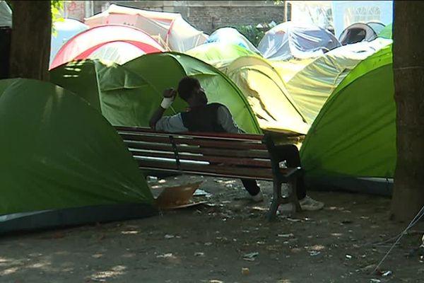 Des tentes de migrants sur le square Daviais, près de la place du Commerce à Nantes
