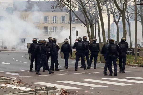Place Wilson, les CRS empêchent les manifestants d'accéder au centre-ville de Dijon.