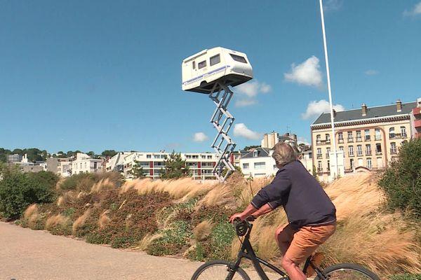 """""""La caravane dans le ciel, poésie de la transformation"""". Œuvre éphémère de Benedetto Bufalino exposée pendant """"Un été au Havre 2020"""" sur le parking de la plage"""