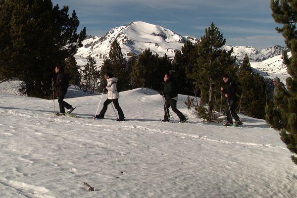 Crise sanitaire oblige, les activités hors ski de piste se développent dans les stations de sports d'hiver comme les randonnées en raquette.